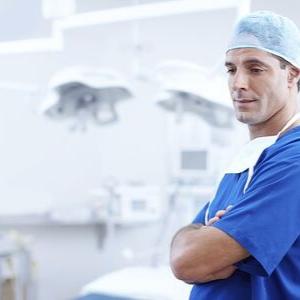 Ambos Médicos y Ropa de Cirugía